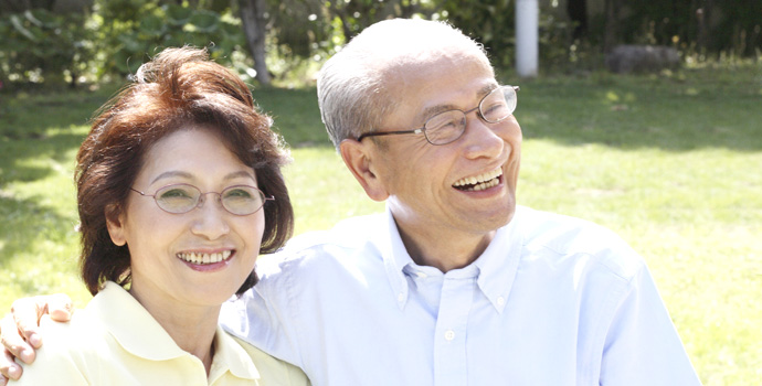 年配の男性と女性